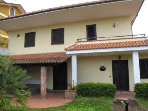 Villa indipendente di 210 mq commerciali con giardino for Piano terra con 3 camere da letto con dimensioni pdf